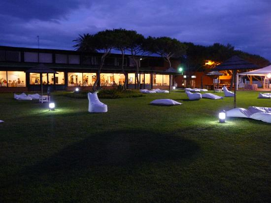 Corte Rosada Couples Resort & SPA: Lawn area infront of the restaurant and before the beach