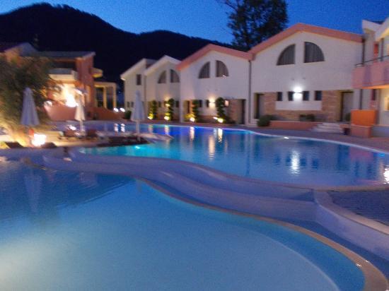 أليكاسندرا جولدين بوتيك هوتل: Main pool at night 