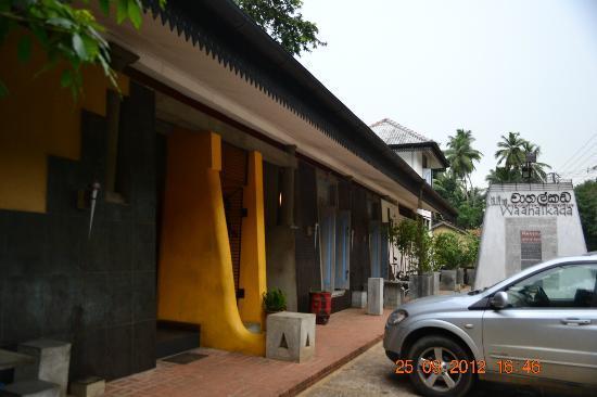 Wahalkada: Waahalkada restaurent parking area