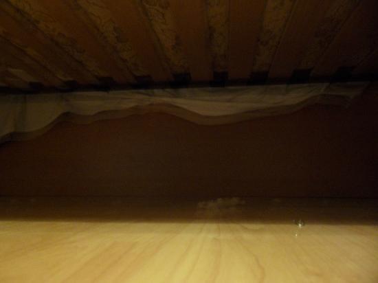 Hotel Romagna: pelusas debajo de la cama y por el suelo habitacion