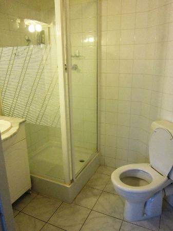 West Side Inn Hotel: El baño. Pequeño, confortable pero un poco sucio.