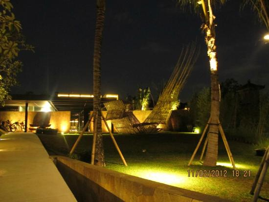Taum Resort Bali: hotel entrance at night