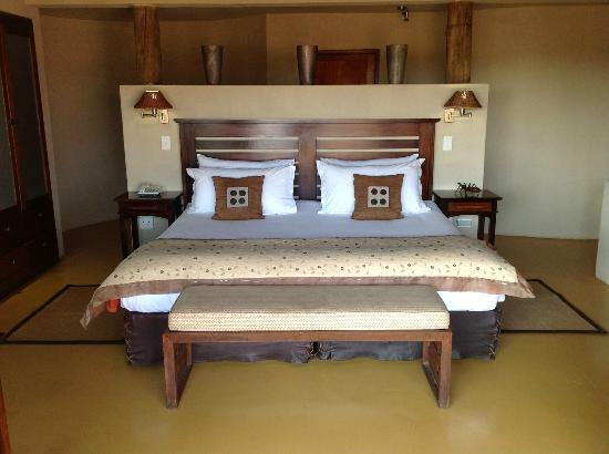 Etali Safari Lodge: Our comfortable bed