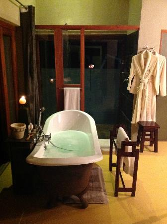 Etali Safari Lodge: Our amazing bath ready!