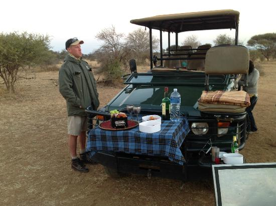 Etali Safari Lodge: Picnic out in the bush with Ray, one of Etali's rangers