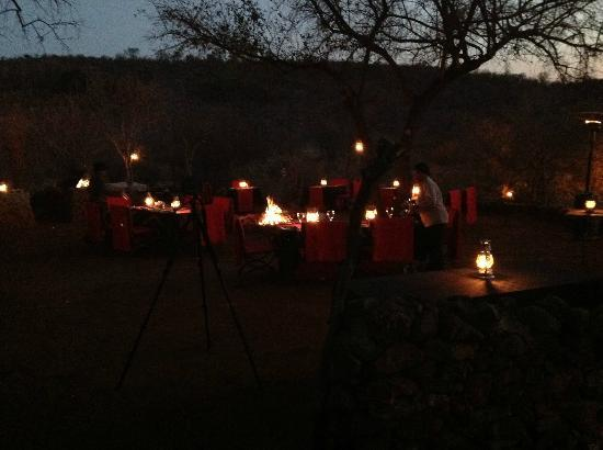 Etali Safari Lodge: Dinner by the exterior fireplace
