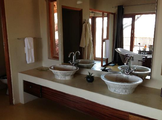 Etali Safari Lodge: Another shot of our bathroom