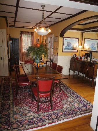 Ruby's Cove Bed and Breakfast: Dining area - relaxing and central. Always something to drink or eat,
