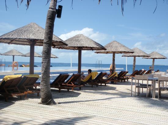 Centara Grand Island Resort & Spa Maldives : By the pool