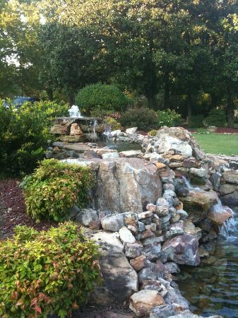 Hilltop Manor Bed & Breakfast: Water feature at Hilltop