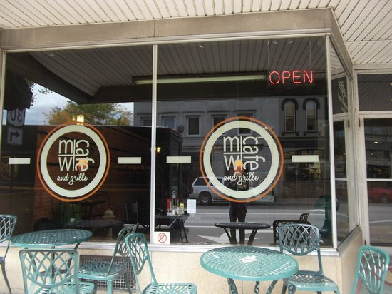 Main Street Cafe: Great view, fromnt window looks out to the Courthouse Square