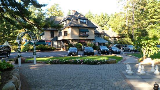 The Stonehurst Manor: Manon entrance area