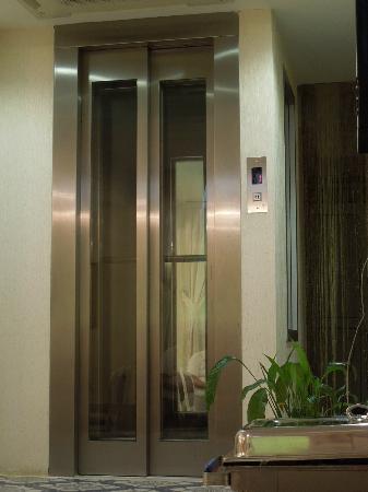 มูยานสวีทส์: Hotel Elevator