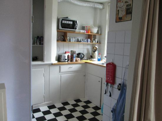 Helmers A Apartment: Kitchen
