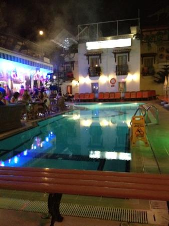 Istankoy Hotel: pool at night