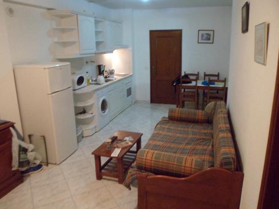 Apartamentos Kings: Dining & Kitchen Area