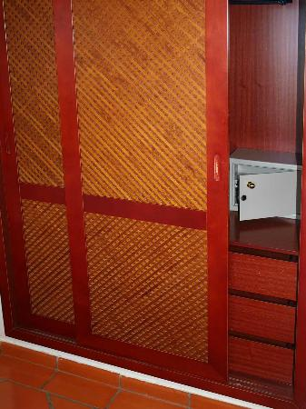 Vila Gale Albacora: The un-sliding wardrobe doors