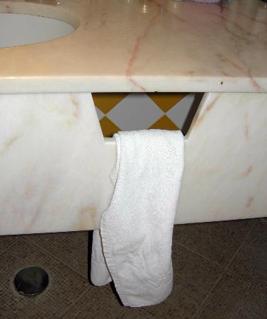 Vila Gale Albacora: Towel on marble slab split