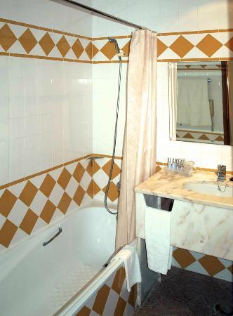 Vila Gale Albacora: Bathtub with plastic curtain