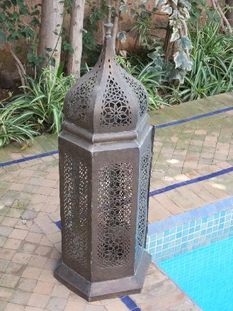 Tajmakane: une des 6 jolies lanternes entourant la piscine