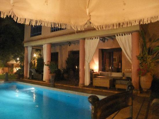 Tajmakane: pool house by night