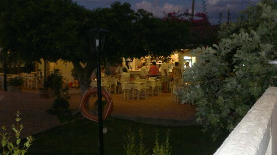 Lefka Apartments: Snack Bar area at night where you get to know Andreas, Evita ,Anna, Lilly who make your stay exc