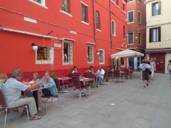 Trattoria Ca' Foscari Al Canton: On a warm evening it's fun to eat outside and watch the world go by.