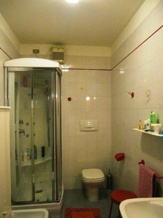Olivetto Green: Bagno camera maggiociondolo