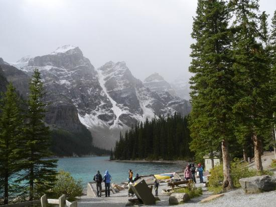 Moraine Lake Lodge: Surrounding mountains and glacier