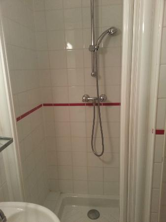Hotel Adriatic: Very tiny shower