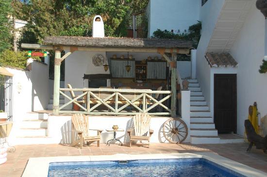 Rancho Sentosa: Pool and outdoor kitchen