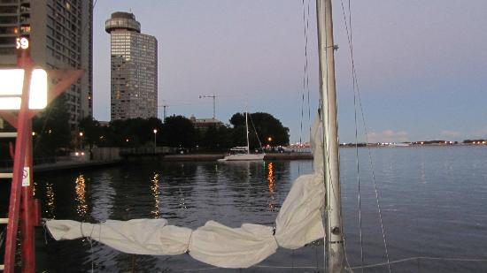 The Westin Harbour Castle, Toronto : Hotel from the lakeside