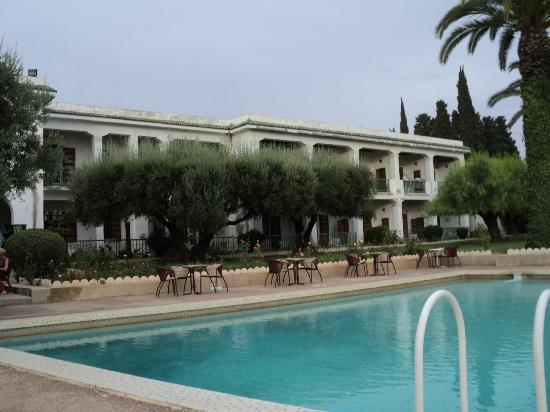 Hotel Transatlantique Meknes: zitjes bij het zwembad