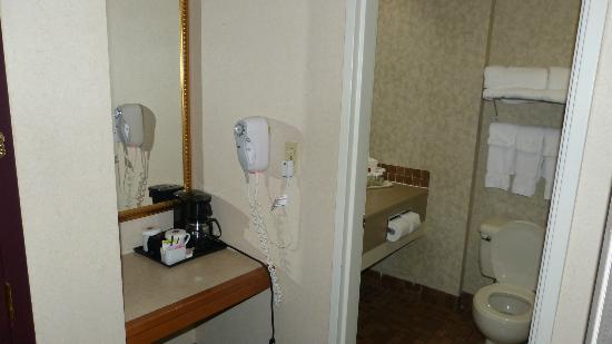 Quality Inn & Suites: coin café et salle de bains