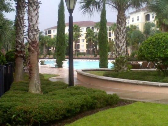 WorldQuest Orlando Resort: Pool on rainy day