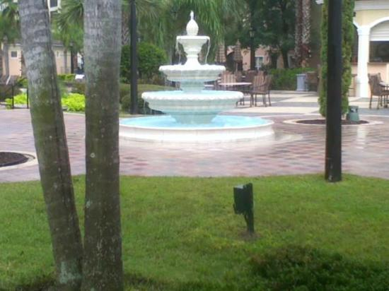 WorldQuest Orlando Resort: Fountian by pool on rainy day