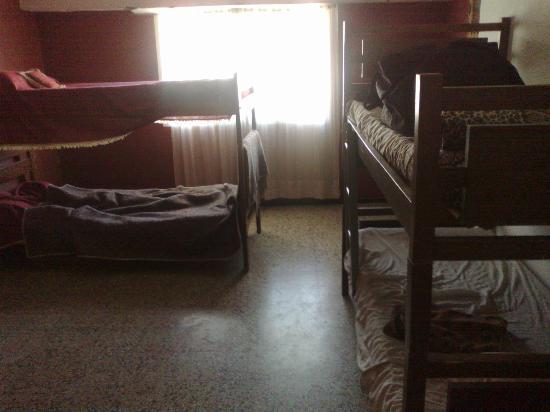 Hostel Zaballa: ventana habitacion