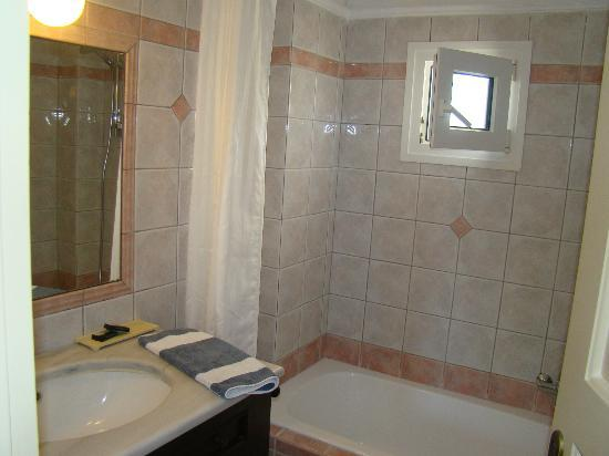 Erietta Luxury Apartments: Bathroom