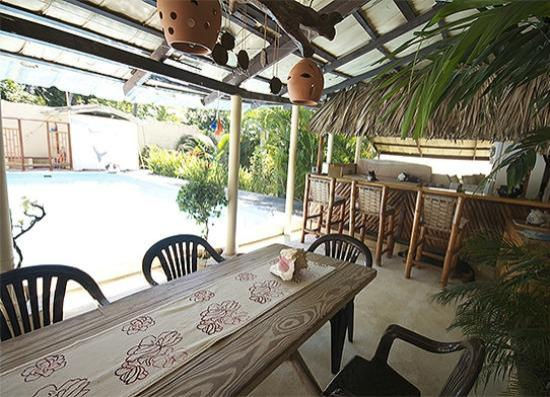 Paradise Surf Apartments : Communal area with bar by the pool
