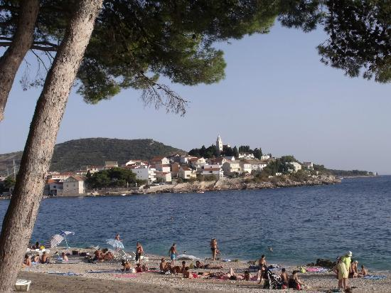 Hotel Zora: vu de la plage devant l'hotel sur primosten
