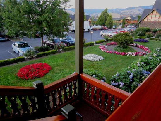 BEST WESTERN Windsor Inn: Made charming by its lovely gardens and mock Tudor architecture