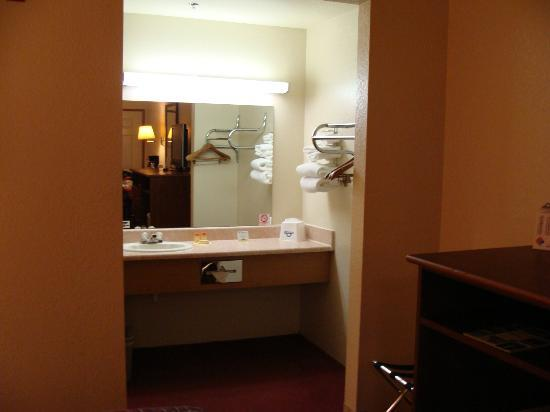 Days Inn Port Angeles: Sink area
