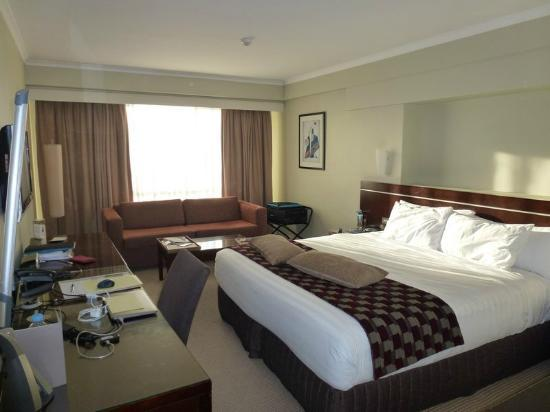 Rydges Parramatta: Bedroom from the door
