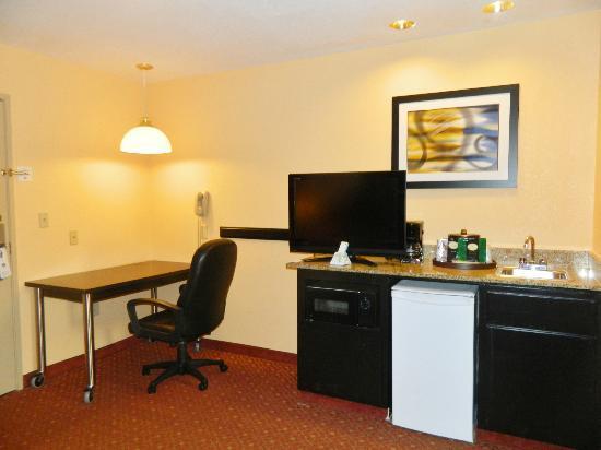 Best Western Plus Carlton Suites: Mini fridge, Microwave, Wet Bar, Coffee Maker, and Desk in all Suties