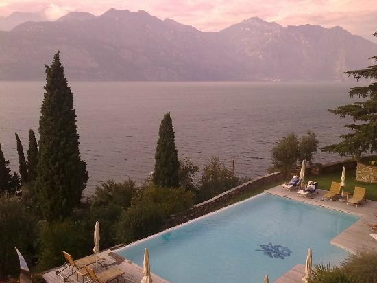 Bellevue San Lorenzo: Pool and Lake Garda from the balcony looking right