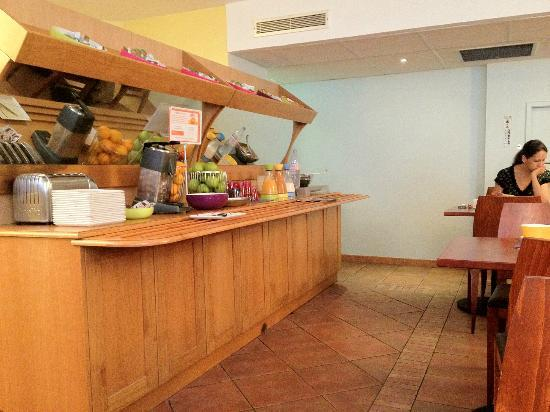 Ibis Styles Marseille Castellane: Une partie du bufet pour le petit déjeuner