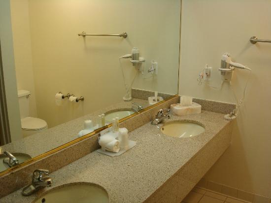 Holiday Inn Express Fremont: Double sinks in bathroom.