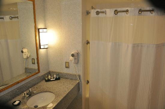 Morgantown Marriott at Waterfront Place: Large Bathrooms