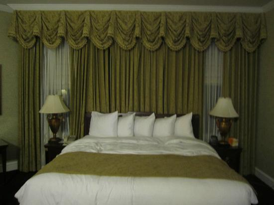 The Drake Hotel: Nice spacious rooms.