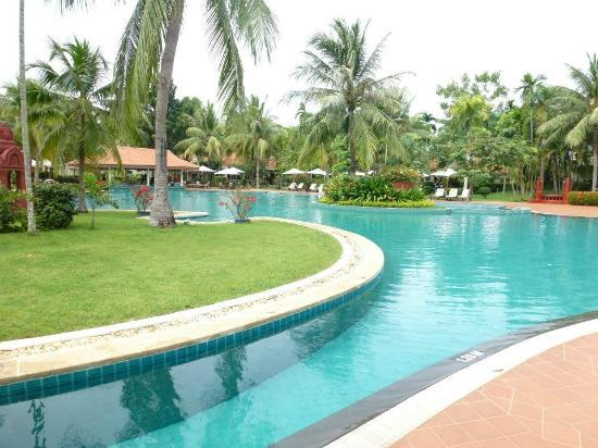 Sofitel Angkor Phokeethra Golf and Spa Resort: Swimming pool.